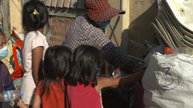 Eine von der Covid-19-Krise betroffene Familie beim Müllsortieren