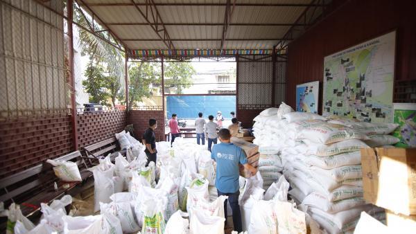 Préparation de la distribution de riz et de paniers alimentaires dans les locaux de PSE à Phnom Penh