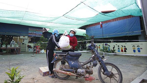 Eine Familie holt einen Sack Reis