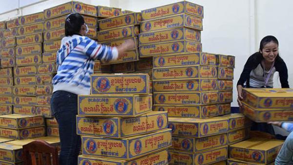 Zwei PSE-Mitarbeiterinnen bereiten Lebensmittelpakete vor einer Verteilung vor