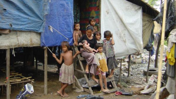Eine Familie in einem Gebiet großer Armut