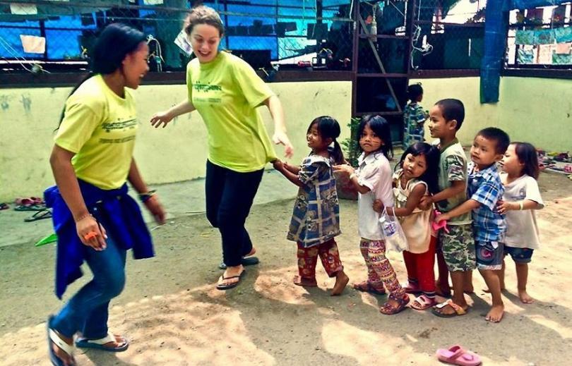 Une monitrice khmère et une monitrice européenne animent une activité avec des enfants