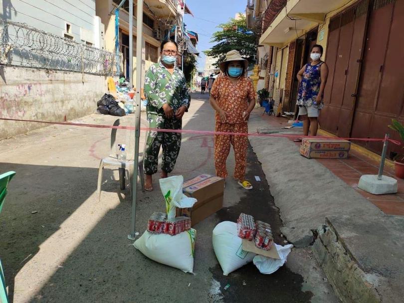 Familien erhalten Nahrungsmittelhilfe direkt in ihren engen Wohnvierteln